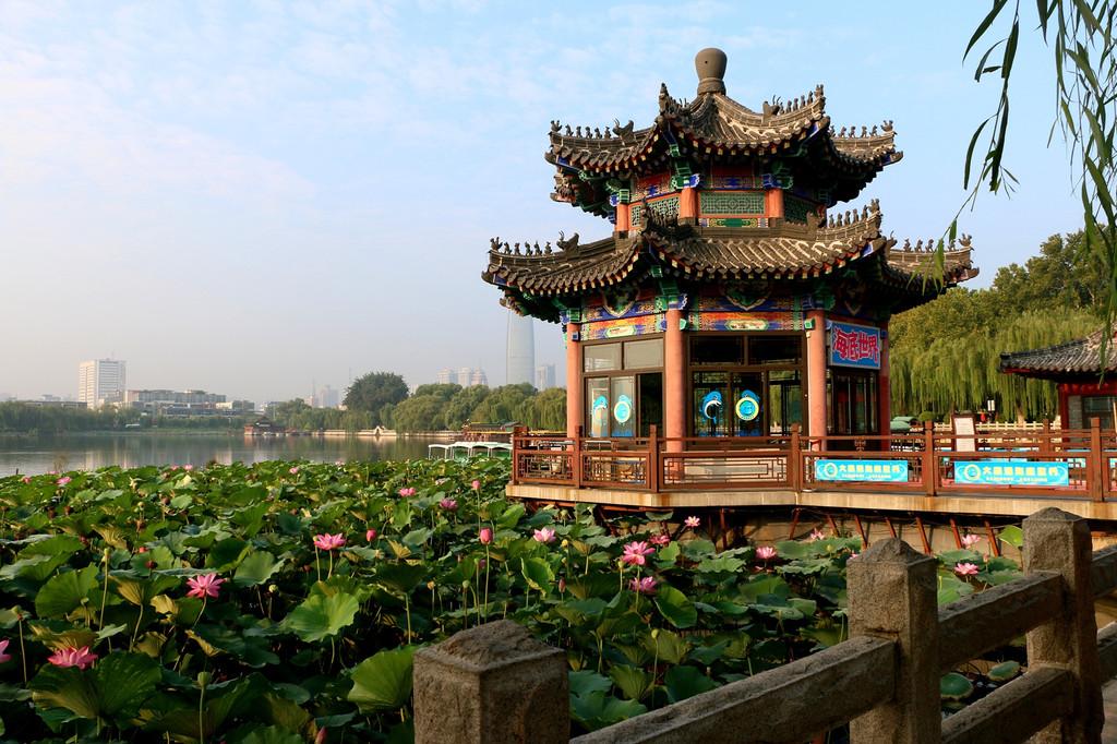 大明湖历史悠久,景色秀美,名胜古迹周匝其间,湖畔有历下亭,铁公祠
